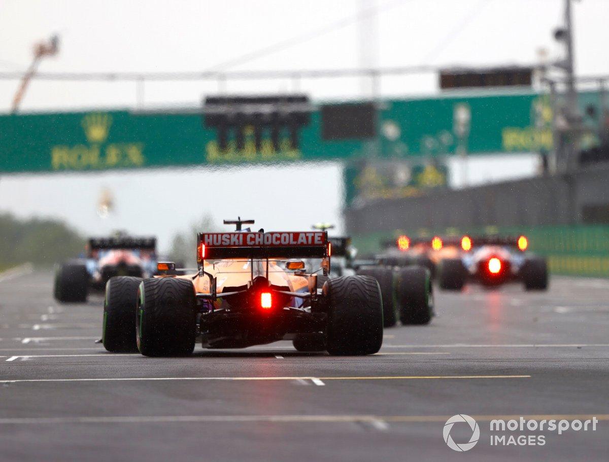 Daniel Ricciardo, McLaren MCL35M, prende la sua posizione sulla griglia di partenza