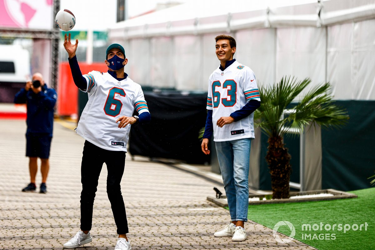 Nicholas Latifi, Williams y George Russell, Williams juegan a la NFL en el paddock