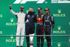 George Russell, Williams, 2e plaats, de Red Bull-afgevaardigde, Max Verstappen, Red Bull Racing, 1e plaats, en Lewis Hamilton, Mercedes, 3e plaats, op het podium