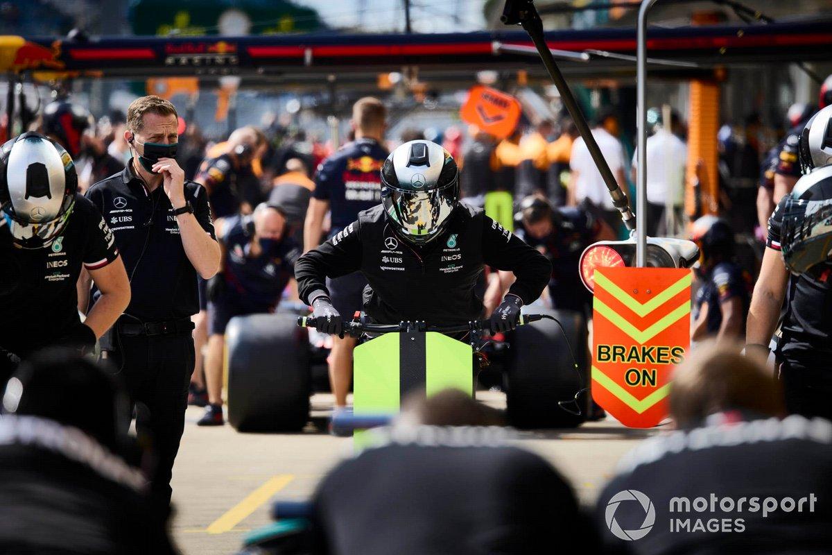 El hombre del gato delantero del equipo de boxes de Mercedes que fue aventado por Lewis Hamilton, Mercedes W12