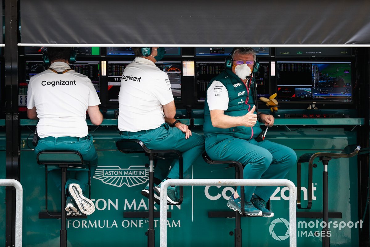Otmar Szafnauer, Team Principal e CEO, Aston Martin F1, sul muretto dei box