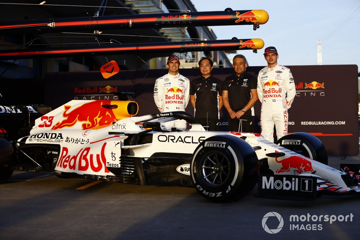 Sergio Perez, Red Bull Racing Toyoharu Tanabe, F1 Technical Director, Honda, and Masashi Yamamoto, General Manager, Honda Motorsport, with the car of Max Verstappen, Red Bull Racing RB16B Red Bull Racing RB16B