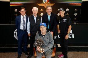 El presidente de IMS, Doug Boles, Roger Penske, el presidente de la MSHOF, George Levy, Helio Castroneves, Meyer Shank Racing Honda, el periodista de honor Robin Miller