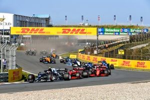 Pierre Gasly, AlphaTauri AT02, Charles Leclerc, Ferrari SF21, Carlos Sainz Jr., Ferrari SF21, Esteban Ocon, Alpine A521, Fernando Alonso, Alpine A521, and the remainder of the field at the start