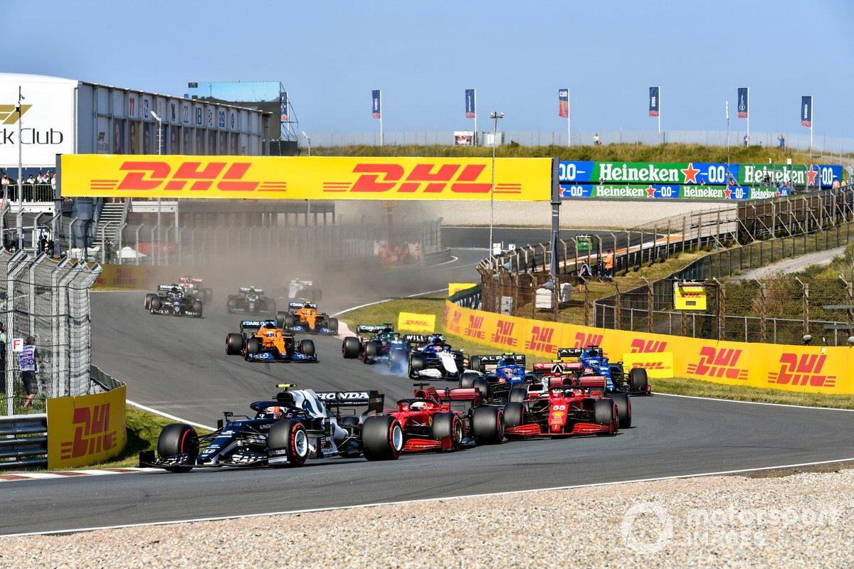 Arrancada Pierre Gasly, AlphaTauri AT02, Charles Leclerc, Ferrari SF21, Carlos Sainz Jr., Ferrari SF21, Esteban Ocon, Alpine A521, Fernando Alonso, Alpine A521