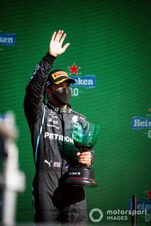Lewis Hamilton, Mercedes, 2e plaats, zwaait van het podium