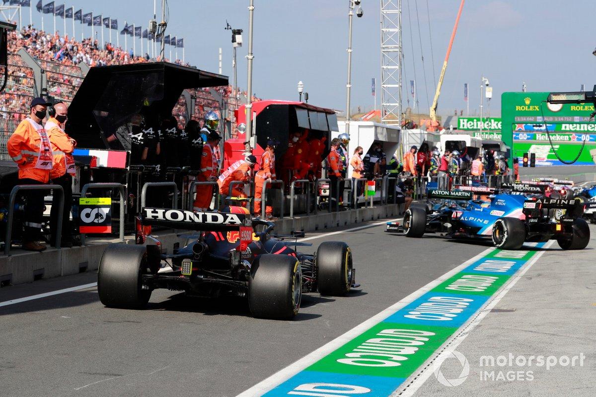 Fernando Alonso, Alpine A521, Sergio Pérez, Red Bull Racing RB16B, en pit lane