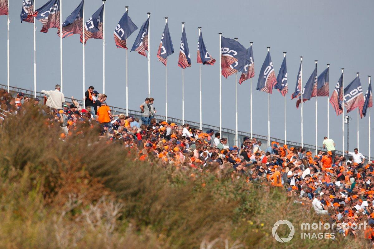 Los fans llenan las gradas de naranja en apoyo a Max Verstappen, Red Bull Racing