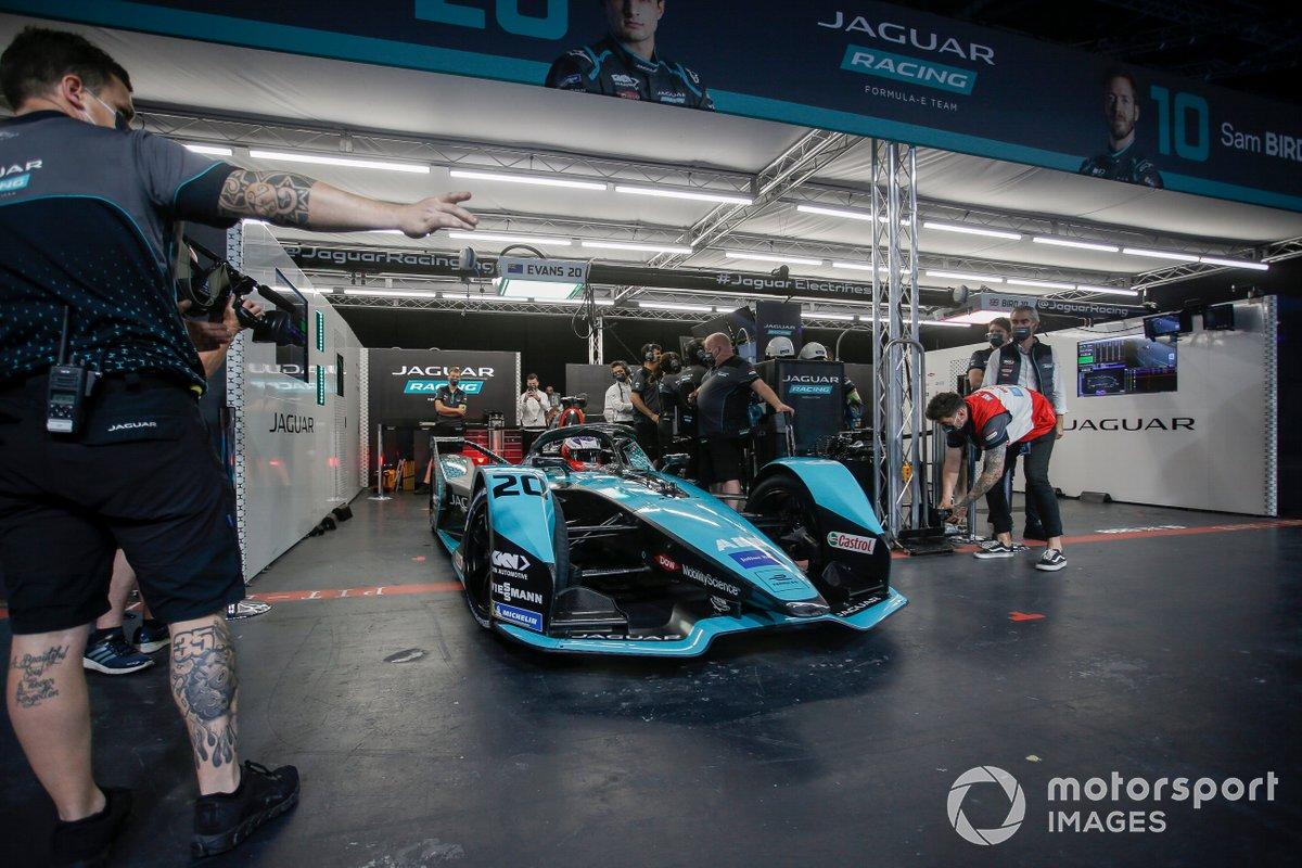 Mitch Evans (Jaguar Racing, Jaguar I-TYPE 5) deja el garaje