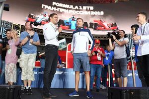 Vitaly Petrov e Sergey Sirotkin, Williams Racing, sul palco