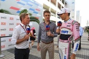 Esteban Ocon, Racing Point Force India F1 Team met Simon Lazenby, Sky TV en Paul di Resta, Sky TV