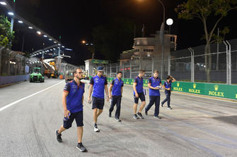 Brendon Hartley, Scuderia Toro Rosso fait le tour de la piste en marchant