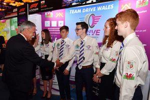 Chase Carey, Chief Executive Officer ed Executive Chairman del Formula One Group, e gli studenti