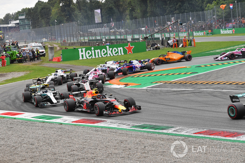 Max Verstappen, Red Bull Racing RB14, Valtteri Bottas, Mercedes AMG F1 W09 and Romain Grosjean, Haas F1 Team VF-18 at the start of the race
