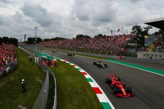 Kimi Raikkonen, Ferrari SF71H, Lewis Hamilton, Mercedes AMG F1 W09, Max Verstappen, Red Bull Racing RB14 Tag Heuer, en Valtteri Bottas, Mercedes AMG F1 W09