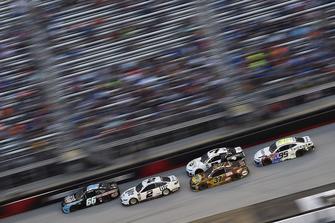 Brad Keselowski, Team Penske, Ford Fusion Miller Lite e Chris Buescher, JTG Daugherty Racing, Chevrolet Camaro Bush's Beans