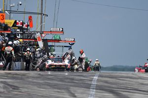 #7 Acura Team Penske Acura DPi, P - Helio Castroneves, Ricky Taylor pit stop.