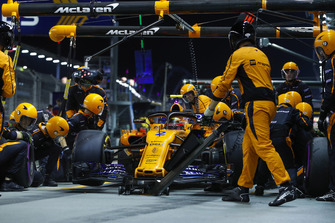 Stoffel Vandoorne, McLaren MCL33, in the pits