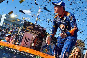 Brad Keselowski, Team Penske, Ford Fusion Autotrader, festeggia la sua vittoria