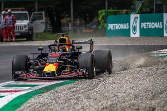 Daniel Ricciardo, Red Bull Racing RB14 kicks up the gravel
