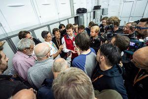 Stuart Pringle, Managing director di Silverstone, accerchiato dai giornalisti
