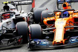 Kevin Magnussen, Haas F1 Team VF-18, en Fernando Alonso, McLaren MCL33, duelleren