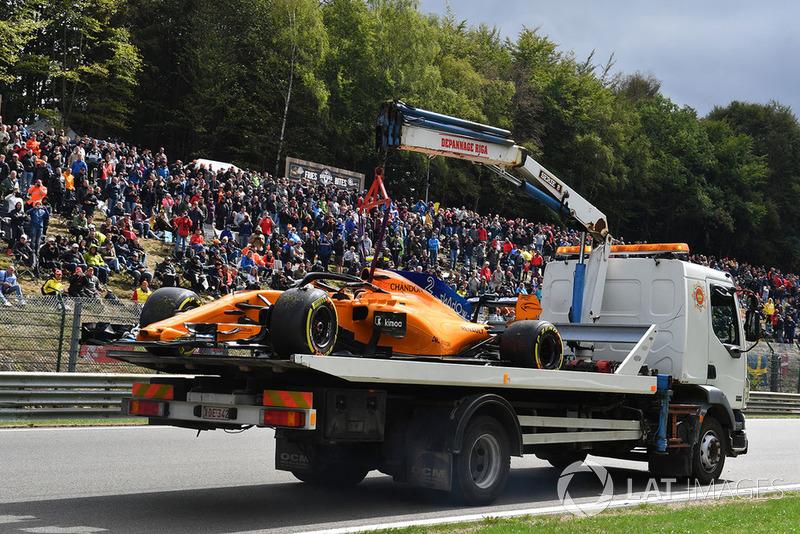 The car of Stoffel Vandoorne, McLaren MCL33 is recovered in FP3