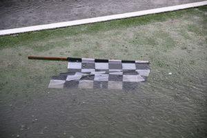 La bandiera a scacchi sotto la pioggia