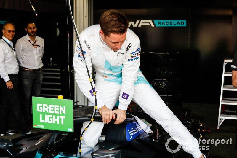 Stoffel Vandoorne, HWA Racelab sort de sa VFE-05 dans le garage