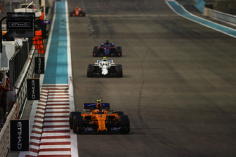 Stoffel Vandoorne, McLaren MCL33, leads Sergey Sirotkin, Williams FW41, and Brendon Hartley, Toro Rosso STR13