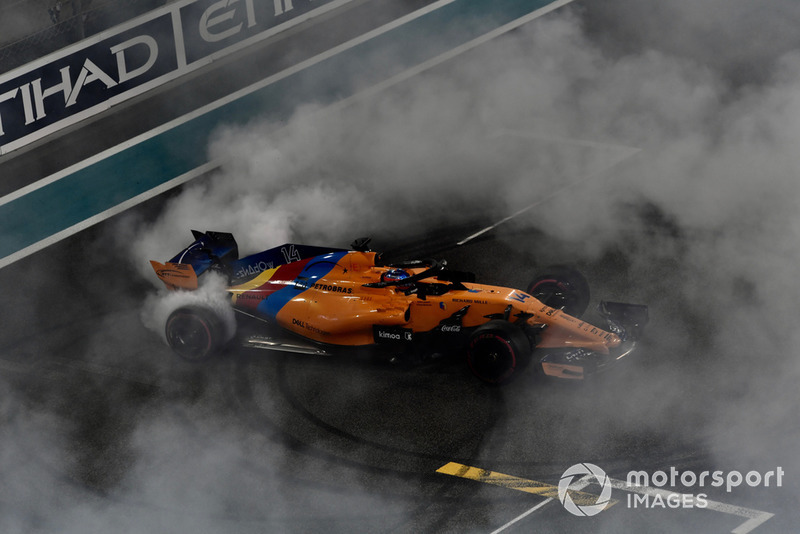 Fernando Alonso, McLaren MCL33 hace donas al final de la última carrera