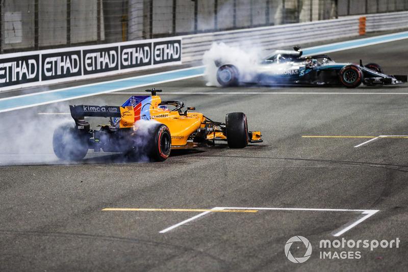 Fernando Alonso, McLaren MCL33, y Lewis Hamilton, Mercedes AMG F1 W09 EQ Power +, realizan donuts después de la carrera