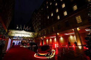 Una McLaren stradale sul tappeto rosso