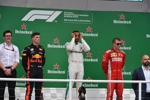 Max Verstappen, Red Bull Racing, Lewis Hamilton, Mercedes AMG F1 en Kimi Raikkonen, Ferrari op het podium
