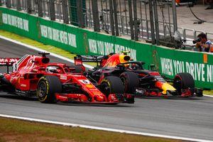 Max Verstappen, Red Bull Racing RB14, supera Sebastian Vettel, Ferrari SF71H