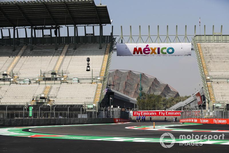 Un membre de l'équipe Toro Rosso dans le stadium