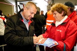 Yannick Dalmas signe des autographes