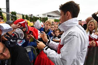 Charles Leclerc, Sauber firma autógrafos para los aficionados