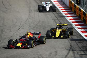 Max Verstappen, Red Bull Racing RB14, voor Nico Hulkenberg, Renault Sport F1 Team R.S. 18, en Lance Stroll, Williams FW41