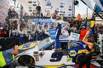Il vincitore della gara Chase Elliott, Hendrick Motorsports, Chevrolet Camaro NAPA Auto Parts, festeggia