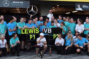 Valtteri Bottas, Mercedes AMG F1, festeggia con il team