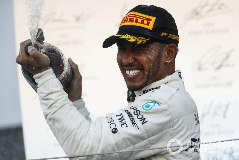 """Lewis Hamilton: """"Até o meio da temporada eles [Ferrari] estavam muito fortes. Então, eles chegaram a Monza e depois disso eles ainda estavam fortes, então em Singapura as coisas começaram a cair."""""""