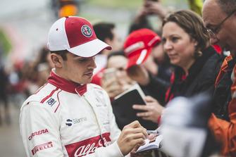 Charles Leclerc, Alfa Romeo Sauber F1 Team firma autógrafos para los aficionados.