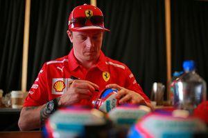 Kimi Raikkonen, Ferrari signs autograph