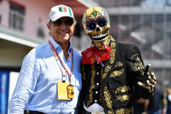 Jo Ramirez avec le personnage de la journée des morts