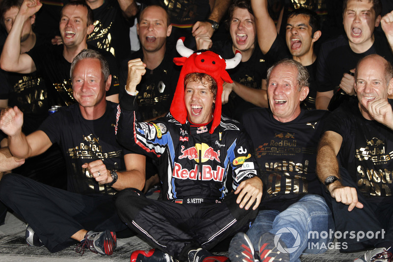 Sebastian Vettel, Red Bull Racing RB6, Helmut Marko, Danışman, Red Bull, Adrian Newey, Teknik Şef, Red Bull Racing ve takım şampiyonluğu kutluyor