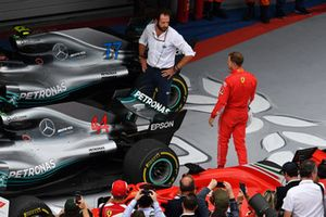 Matteo Bonciani, délégué médias de la FIA et Sebastian Vettel, Ferrari dans le Parc Fermé avec une Mercedes-AMG F1 W09