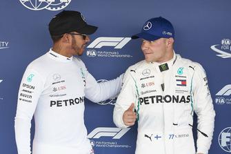 Lewis Hamilton, Mercedes AMG F1, si congratula con il poleman Valtteri Bottas, Mercedes AMG F1