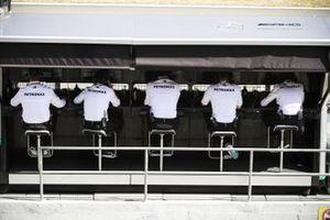 Сотрудники Mercedes на командном мостике