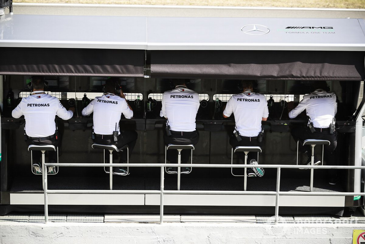 El equipo de Mercedes en el pit wall